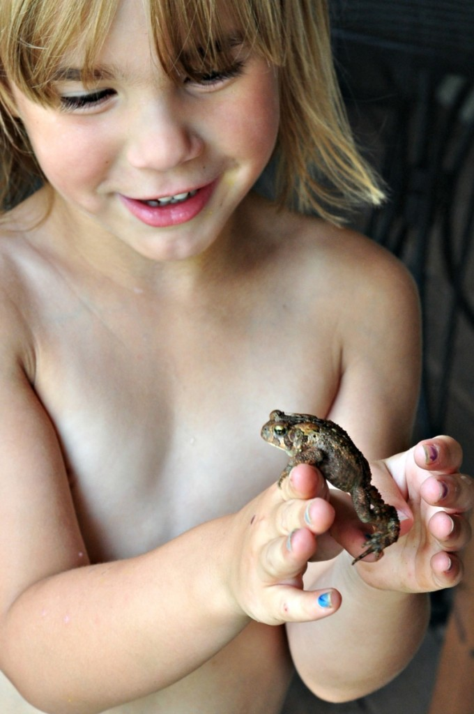 kids playing with frogs